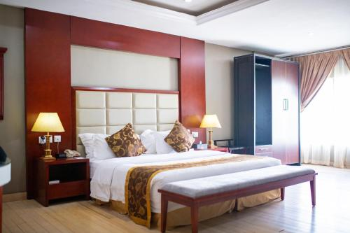 A bed or beds in a room at Hotel Sunshine Enugu