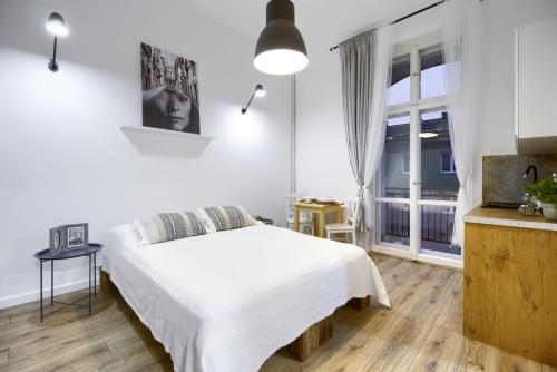 A bed or beds in a room at Niron Apartamenty Dom z Papieru