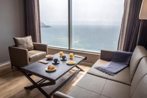 A seating area at AC Hotel by Marriott Lima Miraflores