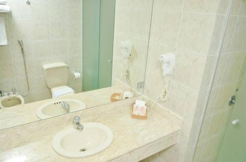 A bathroom at Embaixador Prime Hotel