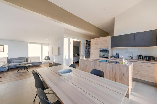 A kitchen or kitchenette at Kerbyggd: Luxury house and cottage in golden circle