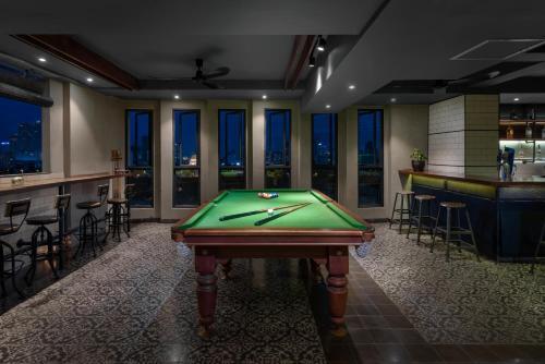 A pool table at Aquarius Hotel and Urban Resort