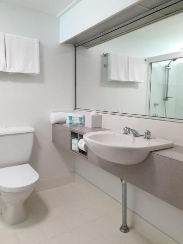 A bathroom at Rainforest Castaways Resort and Spa