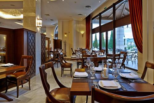 A restaurant or other place to eat at Aeton Melathron Hotel