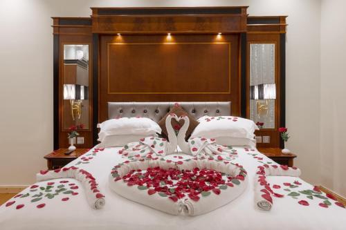 Cama ou camas em um quarto em Makeen Homes by Warwick Hotel