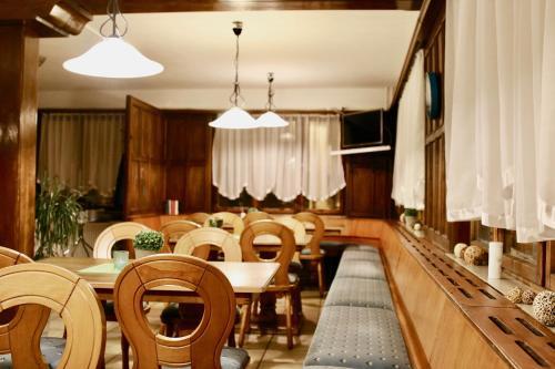 Ein Restaurant oder anderes Speiselokal in der Unterkunft Hotel & Hostel Albstadt