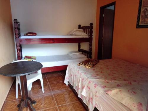 Uma ou mais camas em beliche em um quarto em Cantinho do Sossego