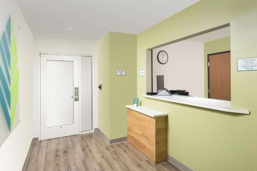 The lobby or reception area at WoodSpring Suites Orlando Clermont - Minneola