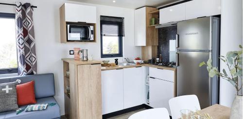 Cuisine ou kitchenette dans l'établissement Camping la Haie Penée ****