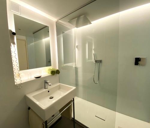 A bathroom at Hotel Côté Cour
