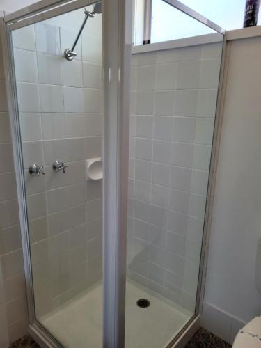 A bathroom at Glynlea Motel