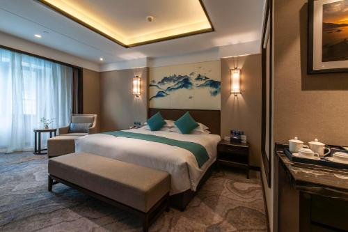 A bed or beds in a room at SSAW Boutique Hotel Lishui Jiarui