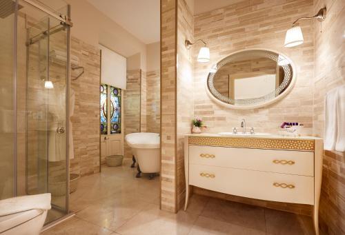 A bathroom at Villa Levante