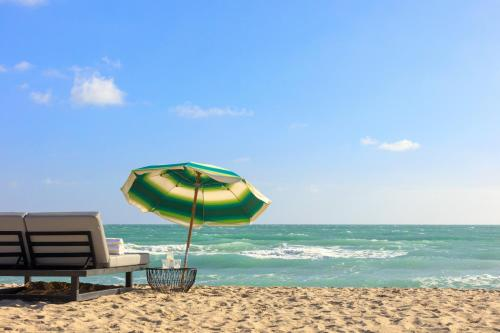 En strand vid eller i närheten av resorten