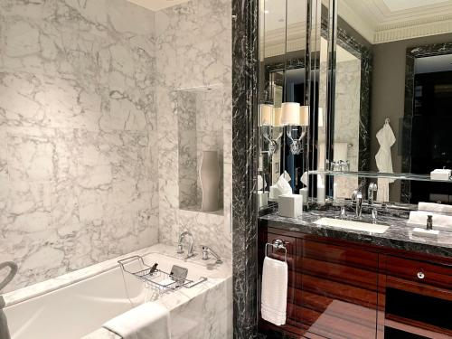 A bathroom at Four Seasons Hotel Bahrain Bay
