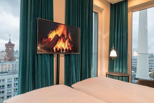 Una televisión o centro de entretenimiento en Motel One Berlin-Alexanderplatz