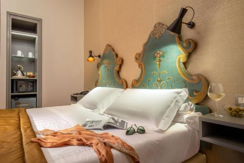 A bed or beds in a room at Hotel Mozart