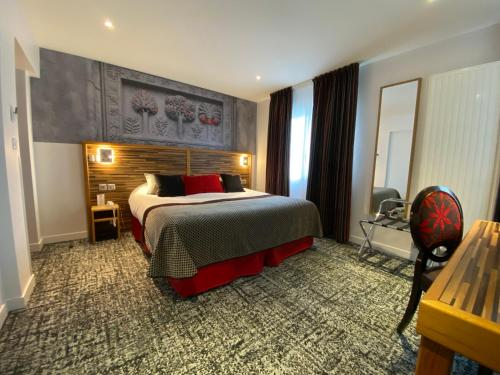 Een bed of bedden in een kamer bij Logis - Le Christina