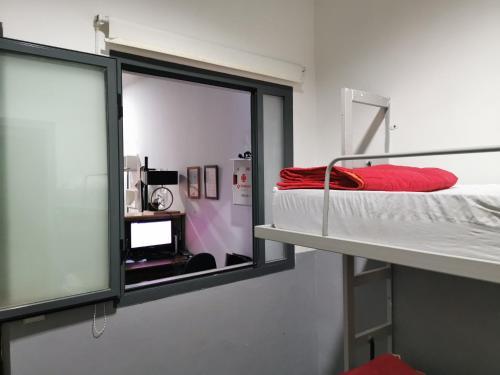 Un ou plusieurs lits superposés dans un hébergement de l'établissement Traveller Box Hostel