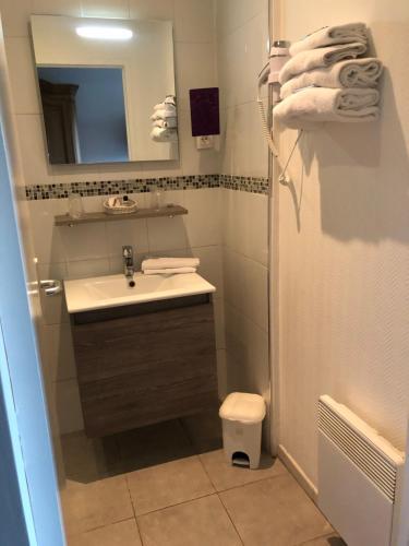 A bathroom at The Originals City, Hôtel La Cour Carrée, Le Tréport Sud (Inter-Hotel)