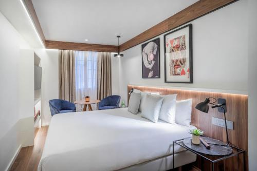 A bed or beds in a room at Melia White House Hotel