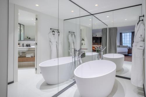 A bathroom at Melia White House Hotel