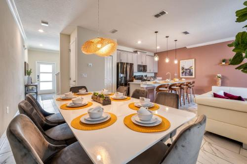 A restaurant or other place to eat at Amazing brand new 4 bed villa, 10 minutes from Disney