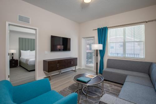 אזור ישיבה ב-Vista Cay Resort by Millenium at Universal Blvd.