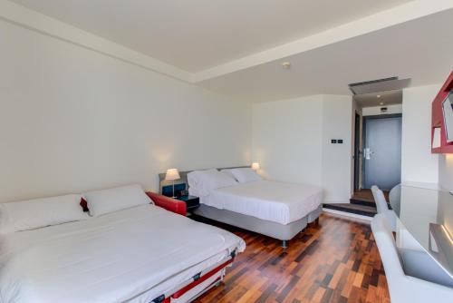 A bed or beds in a room at Kursaal Hotel