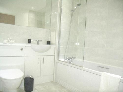 A bathroom at New Central Woking 1 and 2 Bedroom Apartments