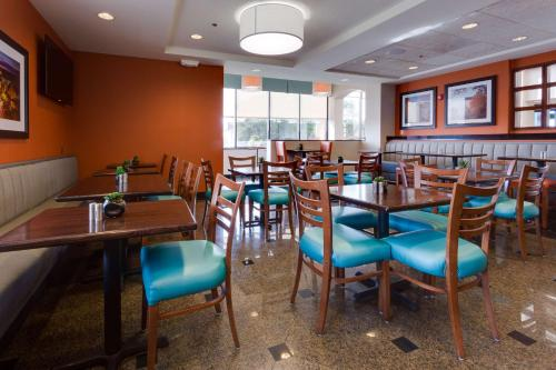A restaurant or other place to eat at Drury Inn & Suites Columbia Stadium Boulevard