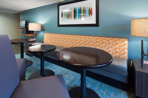A seating area at Drury Inn & Suites Columbia Stadium Boulevard