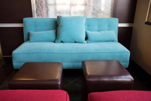 A seating area at Drury Inn & Suites Springfield MO