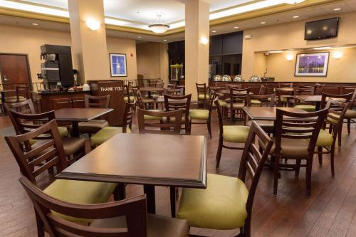 A restaurant or other place to eat at Pear Tree Inn St. Louis Near Union Station