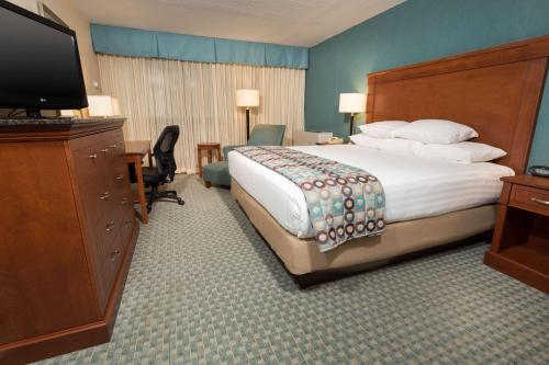 A bed or beds in a room at Pear Tree Inn St. Louis Near Union Station