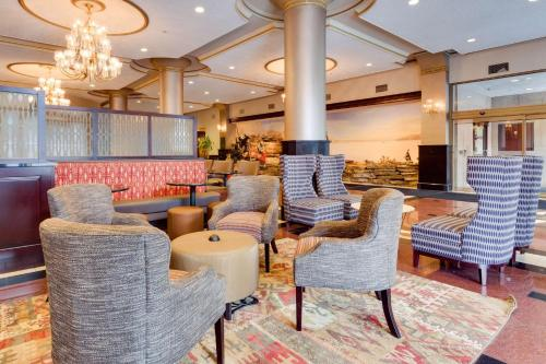 The lounge or bar area at Drury Plaza St. Louis at the Arch