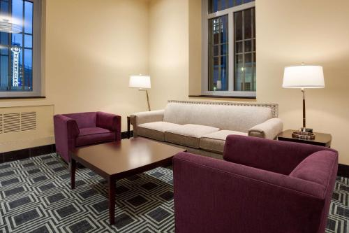 A seating area at Drury Plaza Hotel Pittsburgh Downtown