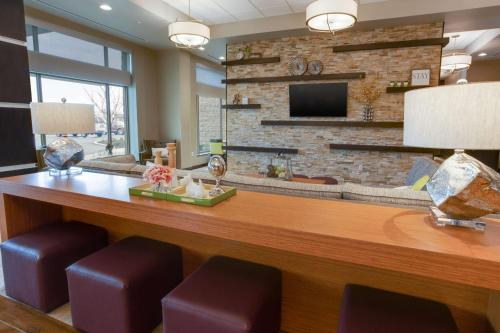 A television and/or entertainment centre at Drury Inn & Suites Pittsburgh Airport Settlers Ridge
