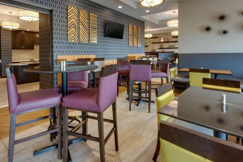 A restaurant or other place to eat at Drury Inn & Suites Pittsburgh Airport Settlers Ridge