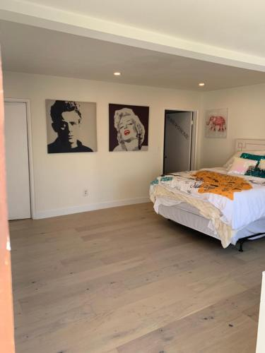 A bed or beds in a room at Beverly Hills Private Bungalow