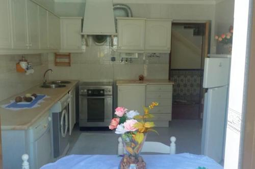 A kitchen or kitchenette at House with 2 bedrooms in Palmela 8 km from the beach
