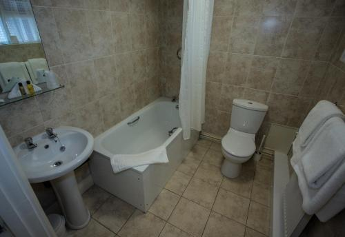 A bathroom at Deanwater Hotel