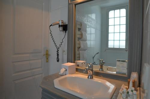A bathroom at Villa Augeval Hôtel de charme & Spa