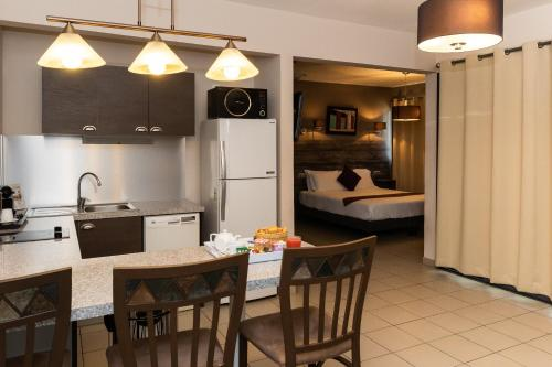 A kitchen or kitchenette at Eclipse Belle Etoile Appart'hôtel