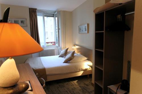 A bed or beds in a room at Hôtel De L'Ill