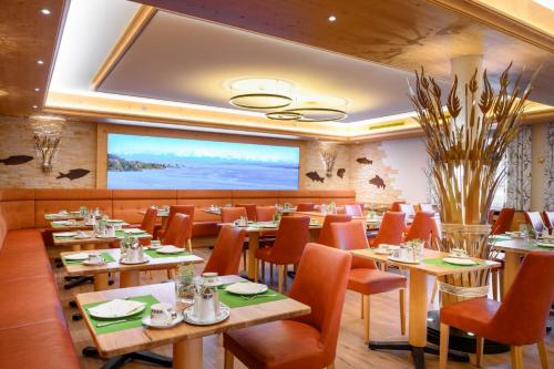 A restaurant or other place to eat at Ringhotel Krone