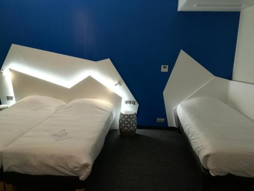 A bed or beds in a room at Hôtel ORIGAMI