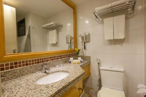 A bathroom at Blue Tree Towers Fortaleza Beira Mar