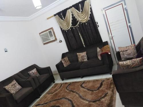 Uma área de estar em شقق نور الجوهرة للوحدات السكنية المفروشة