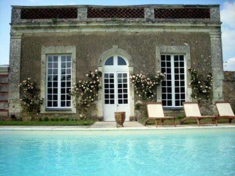 The swimming pool at or near Château des Lutz